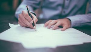 Hand unterzeichnet Vertrag
