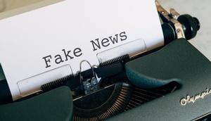 Fake News-Schriftzug auf einer Schreibmaschine