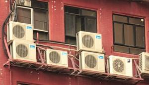Klimageräte an einer Fassade
