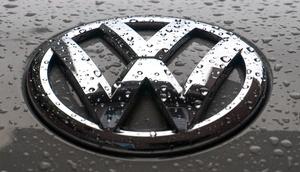 Regen auf dem VW-Emblem