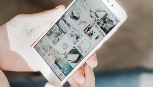 Frauenhand hält Smartphone in der Hand, am Display Werbung