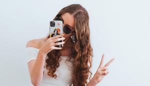 Junges Mädchen macht ein Selfie und macht ein Victory-Zeichen