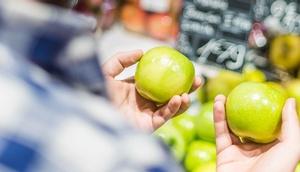 Konsument muss zwischen 2 Äpfel wählen