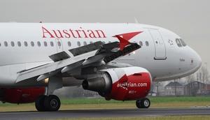 am Flughafen stehendes Flugzeug der Austrian Airlines