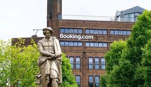 Gebäude mit dem Schriftzug booking.com