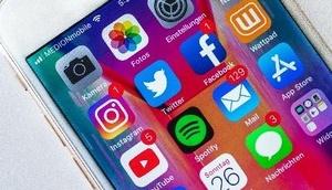 Smartphone mit typischen App-Logos