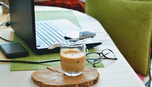 Homeoffice, Kaffeetasse und Laptop