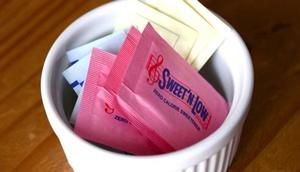 kleine Schale mit bunten Süßstoff-Säckchen