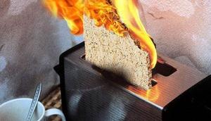 Brennender Toaster mit Knäckebrot