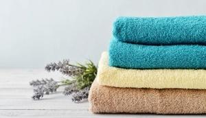 Stapel von Handtüchern, Lavendelzweige im Hintergrund