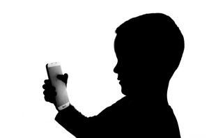Kind mit Handy, © Bild von PublicDomainPictures auf Pixabay