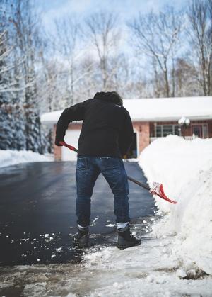 Mann räumt den Schnee mit Schaufel weg, © Photo by Filip Mroz on Unsplash