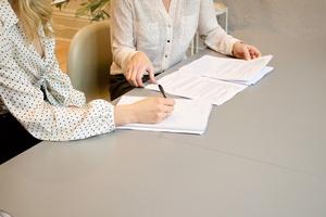 2 Personen sitzen über Dokumente, © Photo by Gabrielle Henderson on Unsplash