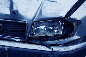 Kaputtes Auto, © https://pixabay.com/de/photos/scheinwerfer-unfall-auto-blau-2940/