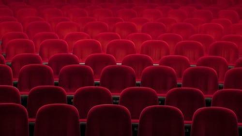mehrere Reihen roter Kinositze, © Denise Jans, unsplash