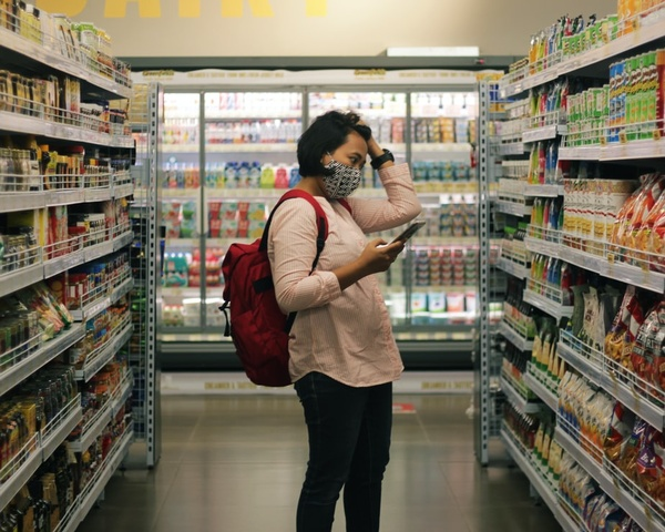 Frau steht vor Supermarktregal, © Bild von Viki Mohamad auf Unsplash