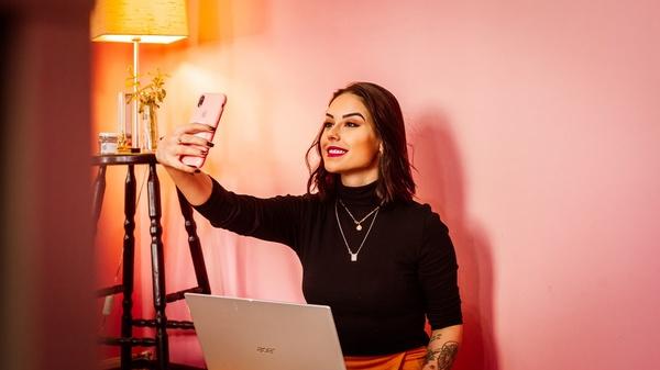 junge Frau macht Selfie, © Bild von Mateus Campos Felipe auf pixabay