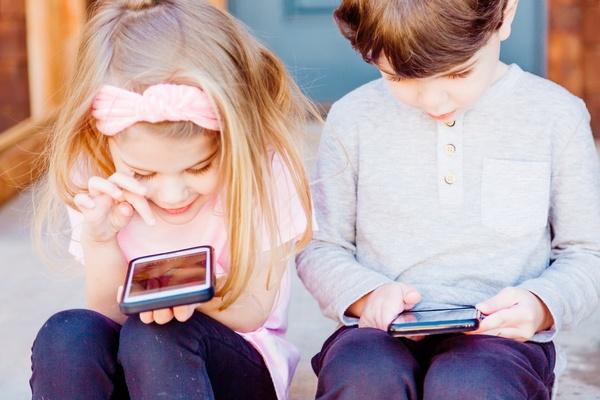 Kinder spielen mit Smartphones, © Bild von McKalea Taylor auf Unsplash
