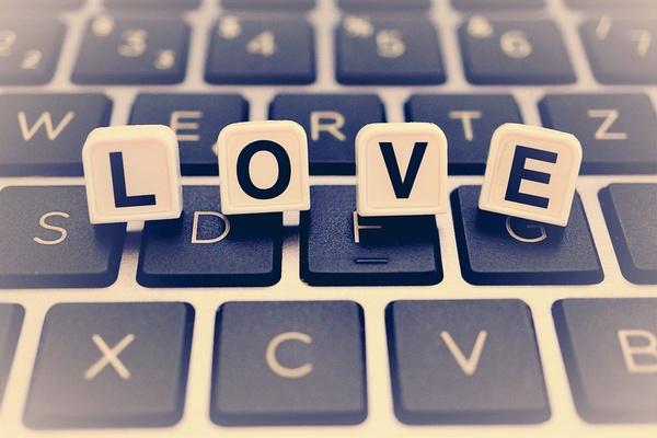 Love Buchstaben auf Tastatur, © Bild von Kranich auf Pixabay