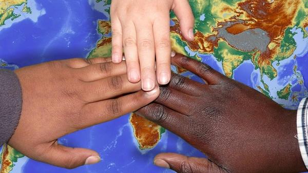 Drei Hände auf einer Europakarte., © Bild von Capri23auto auf Pixabay.