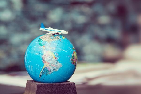 kleines Modellflugzeug auf Globus, © Photo by Frank Vessia on Unsplash