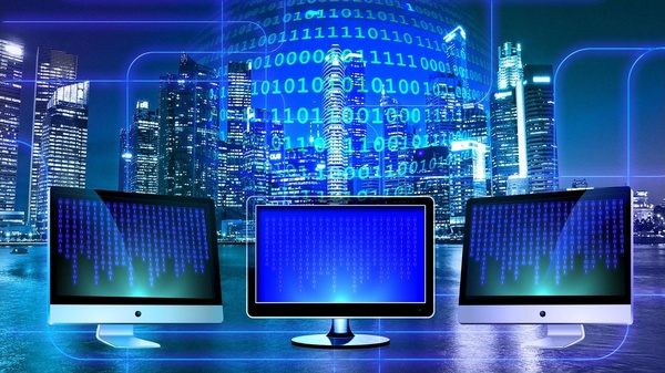 3 Bildschirme vor Hochhäuser Silhouette und Zahlen , © Gerd Altmann auf Pixabay