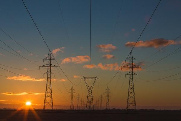 Strommasten bei Sonnenuntergang , © Photo by Matthew Henry on Unsplash