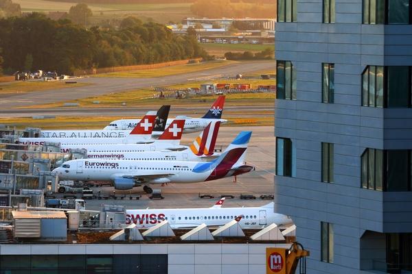 Flugzeuge im Flughafen, © Photo by Pascal Meier on Unsplash