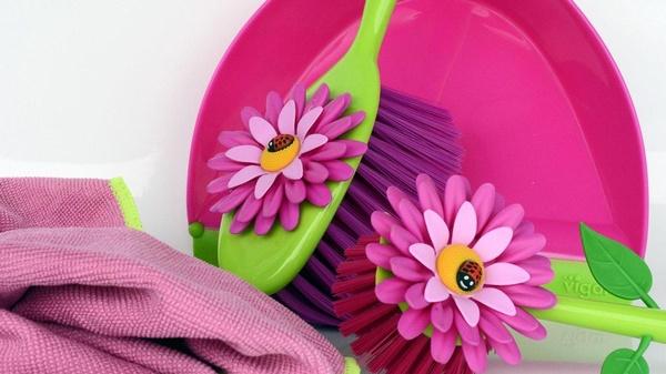 Putzutensilien wie Tuch und Besen in pink, mit Blumen verziert , © Bild von Anncapictures on Pixabay