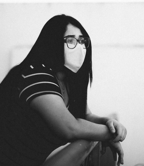 Junge Frau mit dunklen Haaren, FFP2 Corona-Maske und Brille, ©  Getúlio Moraes on Unsplash