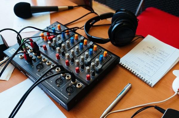 Mikrofon, Kopfhörer, Mischpult in Radiostudio , © Fernando Lavin@unsplash