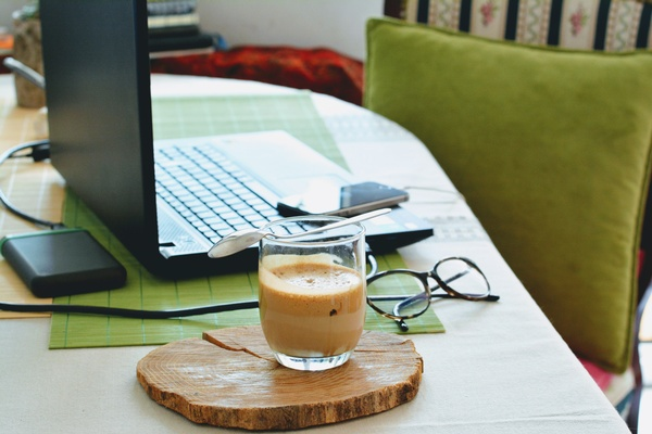 Home Office, Kaffeetasse und Laptop, © Photo by Djurdjica Boskovic on Unsplash