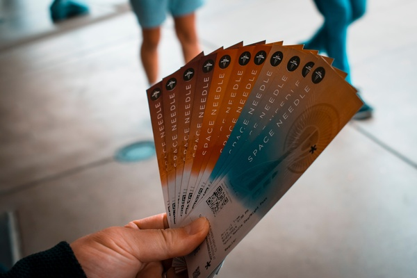 Fächer mit bunten Tickets , © Photo by Andy Li on Unsplash