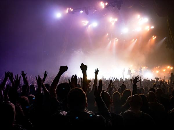 Konzertpublikum von hinten, © actionvance on Unsplash