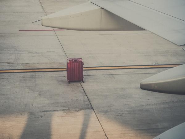 alleinstehender Koffer am Flugfeld, © Photo by Ante Hamersmit on Unsplash