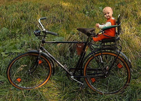 altes Fahrrad mit Kindersitz und Puppe , © Oldiefan auf Pixabay