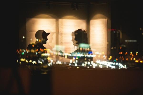 Zwei Menschen unterhalten sich im Schatten, © Photo of Dima Pechurin on Unsplash