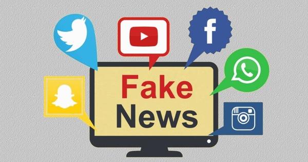 """Computerbildschirm mit """"Fake news"""" umringt von Icons wie facebook, twitter, snapchat, instagram u.a., © www.i-tecnico.pt/wp-content/uploads/2018/08/Fake-news."""