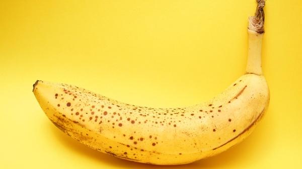 Banane mit kleinen braunen Flecken , © Lucian Alexe on unsplash