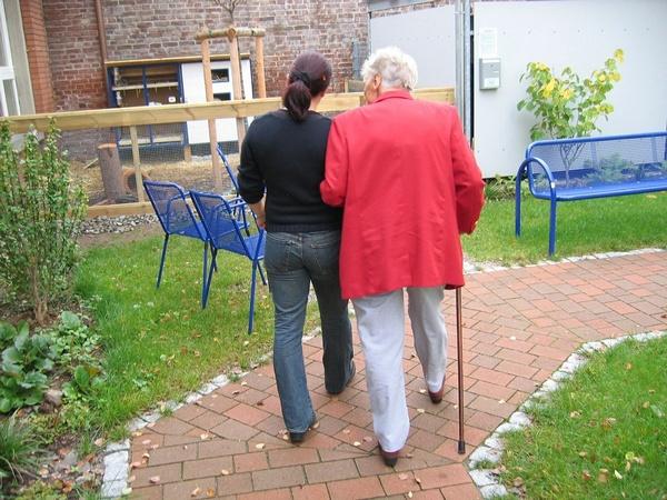 Ältere Frau mit jüngerer Begleiterin beim spazieren gehen , © Gerd Altmann auf Pixabay