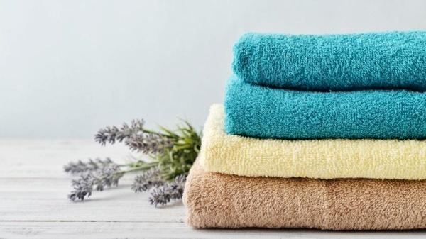 Stapel von Handtüchern, Lavendelzweige im Hintergrund, © alleideen.com