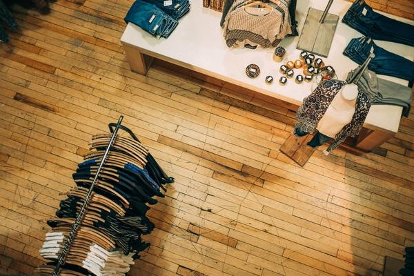 Kleider im Geschäft, © Ashim d'Silva on Unsplash