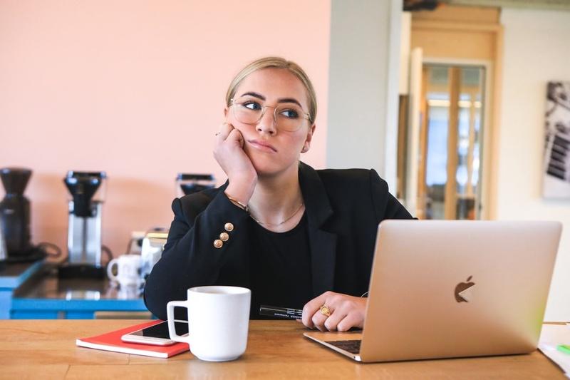 frustrierte Frau sitzt vorm Laptop, © Bild von Magnet.me auf Unsplash