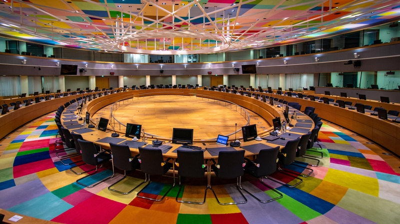 Sitzungssaal Europarat, sehr bunte Boden- und Deckengestaltung , ©  Frederic Köberl on Unsplash