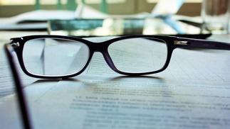 Brille auf Vertragstext