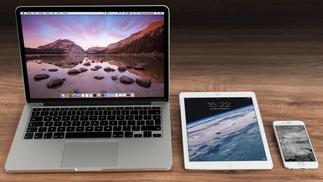 Laptop, Tablett und Smartphone auf Holztisch