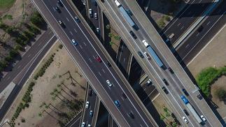 sich kreuzende Autobahnbahnen von oben aufgenommen