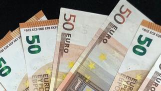 50-Euro-Scheine liegen aufgefächert auf einer Unterlage