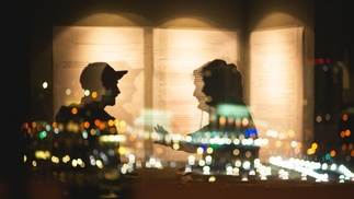Zwei Menschen unterhalten sich im Schatten