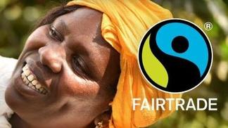 Farbige Frau mit Fairtrade Siegel